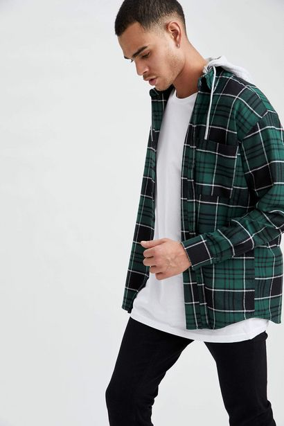 OVERSIZE FIT HOODED PLAID SHIRT JACKET offre à 179 Dh
